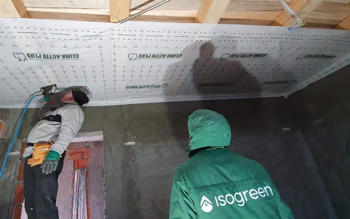 Izolatie termica cu fibre de celuloza ISOGREEN a planseului pe structura de lemn, Turnu Magurele, TR (1)